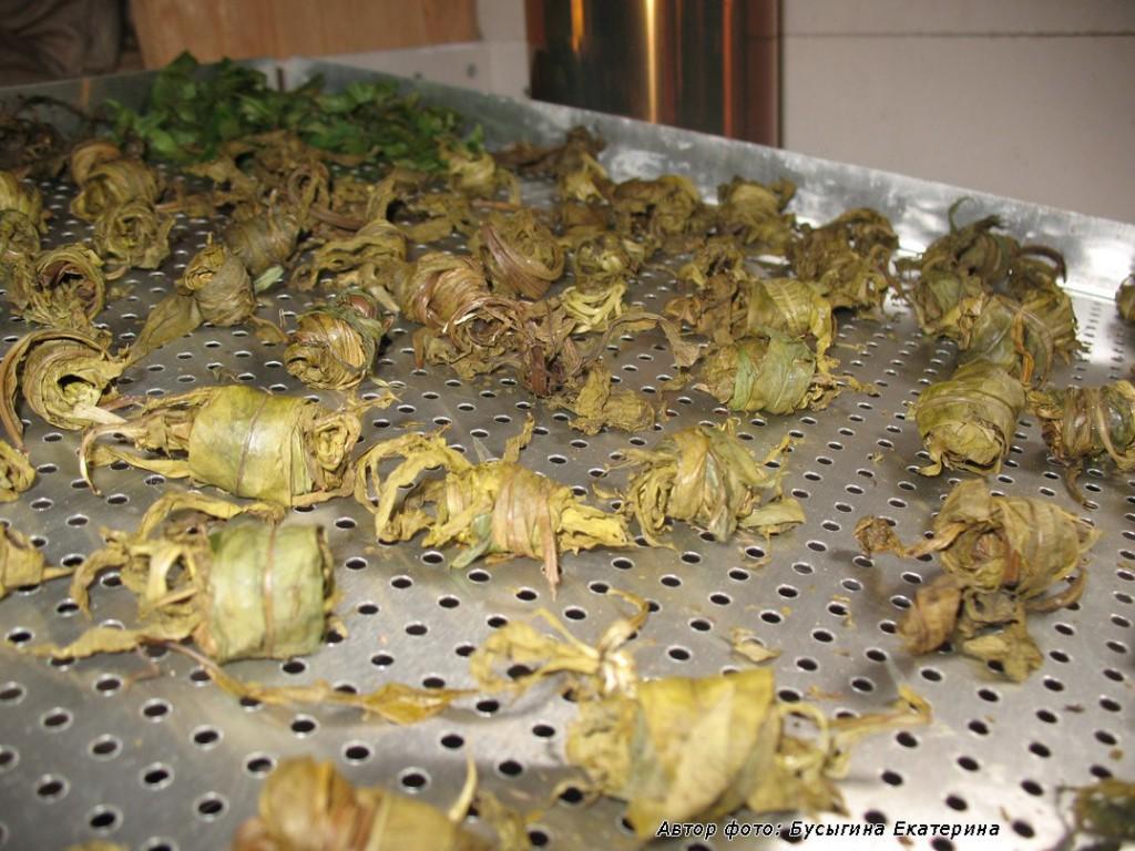 Скруточки иван-чайных листов сушатся на дровяной печке. Это - для интересной формы и удобства заваривания. Но не обязательно. Изыск, так сказать