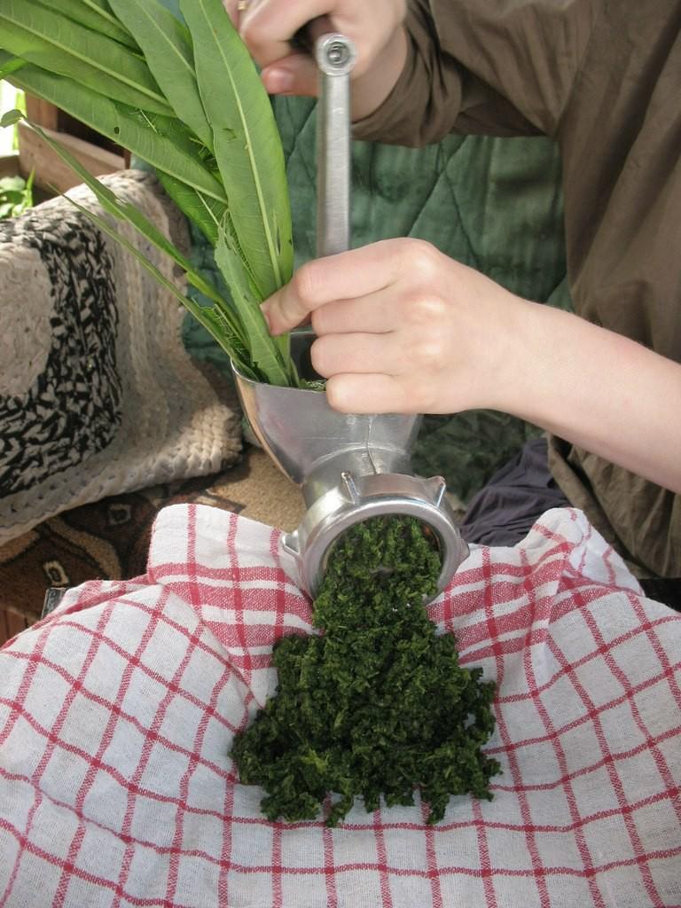 Чтобы получить гранулы иван-чая, пропускаяем его через мясорубку. Мясорубка покупалась специально для иван-чая.